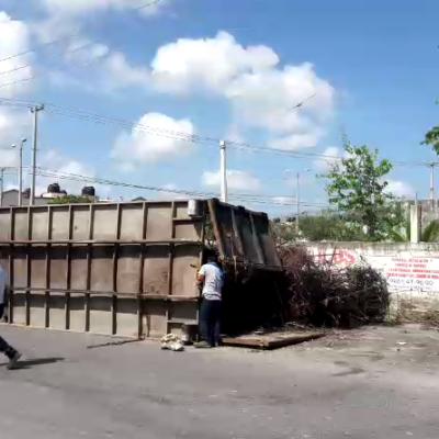 Voltea tráiler con chatarra sobre el Arco Vial de Cancún