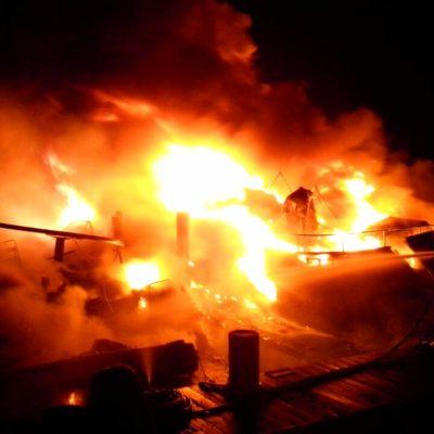 SINIESTRO EN PUERTO CANCÚN: Consume incendio yate atracado en muelle de madera