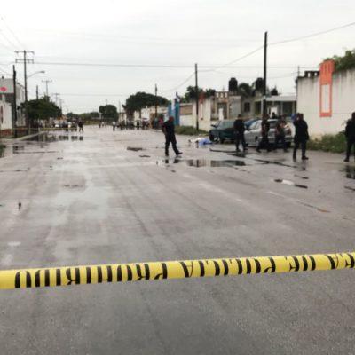 EJECUTAN A 2 EN LLUVIOSA MAÑANA DE CANCÚN: Quedan en plena calle cuerpos de 2 hombres en la SM 259