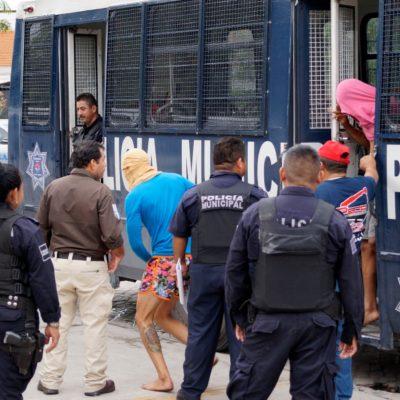 TRASLADAN A CHETUMAL A CUBANOS: Tras ser asegurados en Cancún, los ponen a disposición del INM   VIDEO