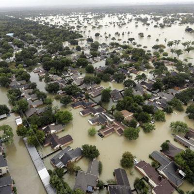 HOUSTON, DE MAL EN PEOR: Tras el paso de 'Harvey', se desbordan dos represas, se rompe un dique y nuevas zonas de la ciudad se van al agua… y las lluvias siguen