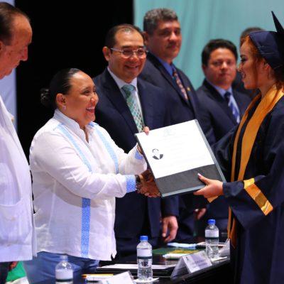 Acude Cristina Torres a graduación de alumnos de la Uqroo y les pide trabajar por Solidaridad