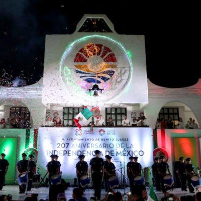 DAN EL GRITO EN CANCÚN: Asisten a festejo patrio miles de benitojuarenses en la Plaza de la Reforma