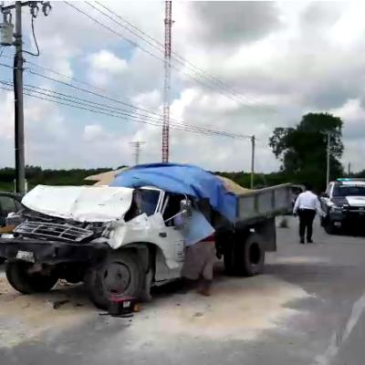 Colisiona camioneta contra volquete en salida de Cancún