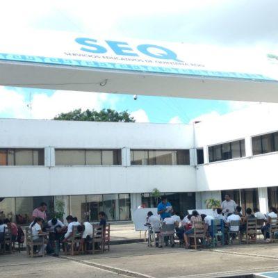 PROTESTA EN CHETUMAL: Toman clases alumnos en la plaza cívica de la SEQ
