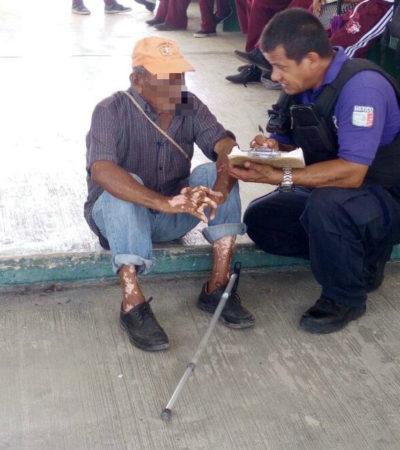 Policías auxilian a anciano extraviado en Cancún
