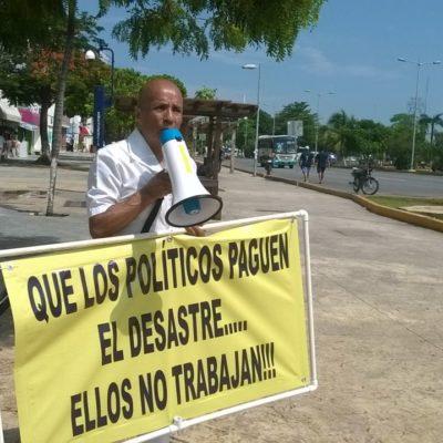 """""""QUE LOS POLÍTICOS PAGUEN EL DESASTRE"""": Realiza médico inusual protesta y reclama indiferencia de políticos en la avenida Tulum"""