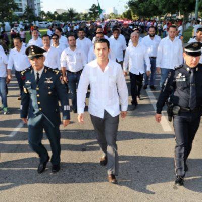 DESFILE EN CANCÚN: Encabeza Remberto Estrada desfile cívico militar en BJ