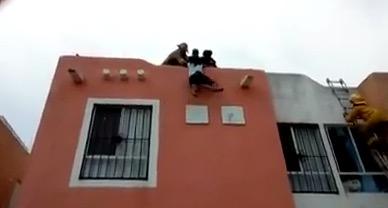 DRAMÁTICO RESCATE EN PLAYA: Bomberos salvan a una menor que estaba a punto de suicidarse tras discutir con su madre en Villas del Sol | VIDEO