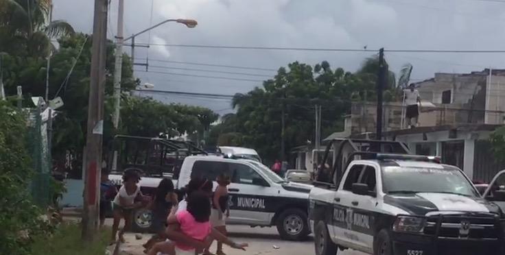 ALARMA Y CONFUSIÓN EN LA REGIÓN 101: Con disparos al aire, policías detienen a hombre que lanzaba piedras a unas patrullas en Cancún