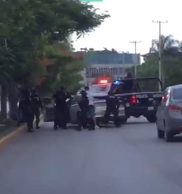 EVIDENCIAN PRESUNTO CASO ABUSO POLICIACO: Ventilan en redes video de policías sometiendo a ciudadano