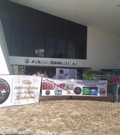 ENGALLADOS FRENTE AL CONGRESO: Promotores de peleas de gallos presionan en Chetumal para detener iniciativa para prohibir espectáculos de crueldad animal