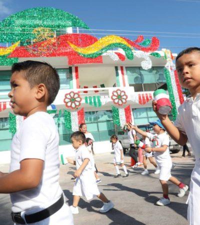 DESFILE EN PUERTO MORELOS: Participan más de 20 contingentes en marcha encabezada por Alcaldesa