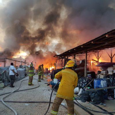 QUEMAZÓN EN PUERTO MORELOS: Sofocan bomberos de dos municipios incendio en bodega