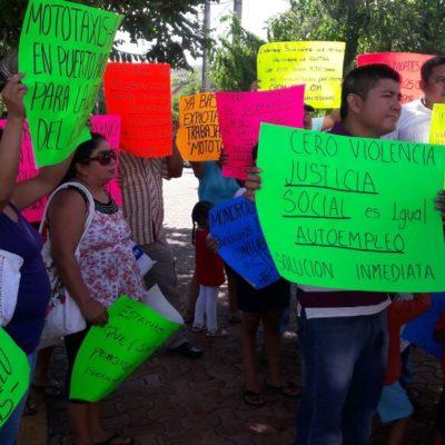 """""""¿DÓNDE ESTÁN LAS OPORTUNIDADES PARA TODOS?"""": Protestan mototaxistas de Puerto Aventuras en Playa del Carmen"""