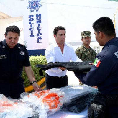 Entrega de 300 chalecos balísticos a la policía municipal de Cancún