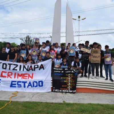 Marchan jóvenes en Cancún para recordar la matanza de Tlatelolco en 1968… y la desaparición de estudiantes de Ayotzinapa