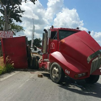 Volcadura de camión en la Huayacán deja un herido