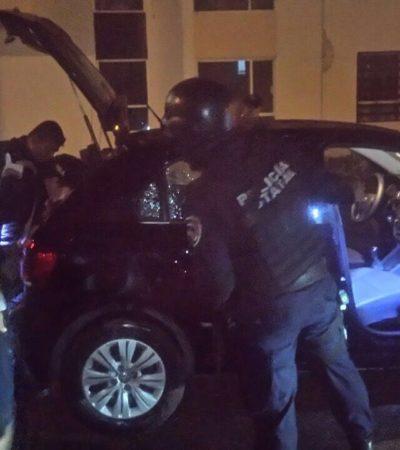 Detiene policía estatal a 2 hombres armados tras acusación de sacar a punta de pistola a unos extranjeros de su casa en Playa del Carmen