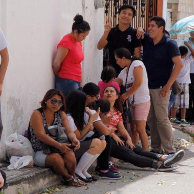 Con retraso y largas filas, entregan becas de transporte para estudiantes en Cancún