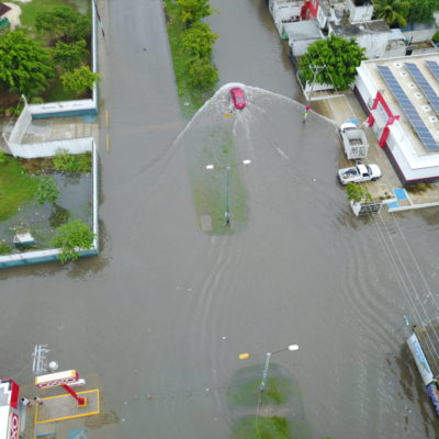 """EL CALVARIO COTIDIANO DE LAS LLUVIAS: Aguaceros se resienten en colonias de Cancún; """"siempre que llueve se inunda"""", se quejan vecinos"""