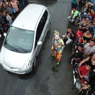 KARCOCHA TRIUNFA EN CANCÚN: El arlequín urbano deleita a su público mexicano con un original espectáculo callejero en el parque Las Palapas