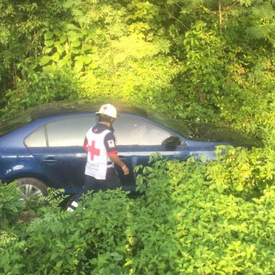 Por presunto pestañazo, conductor se sale de la carretera en la Zona Maya; sale ileso