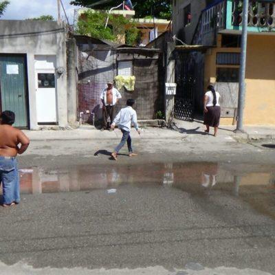 Fuga de agua cumple un mes sin ser resuelta en Playa del Carmen