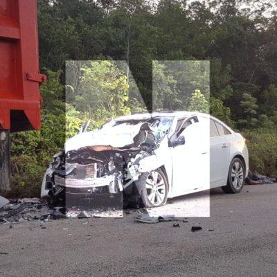 TRAGEDIA EN CARRILLO PUERTO: Dos mujeres y un niño mueren tras chocar auto contra volquete en la carretera