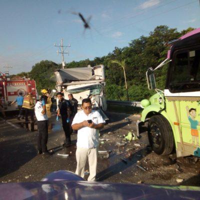 FUERTE CHOQUE CARRETERO POR CALICA: Vehículo de carga se estrella contra camión de Xcaret; 18 heridos