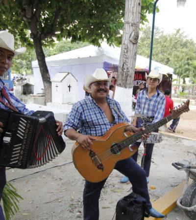 COBRAN VIDA LOS PANTEONES: Entre comida, música, nostalgia y olor a incienso transcurre el Día de Muertos en Cancún