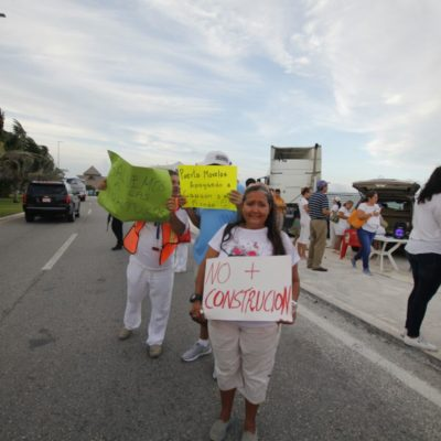 Se manifiestan activistas en la Zona Hotelera contra la construcción del hotel Gran Solaris junto a playa Delfines