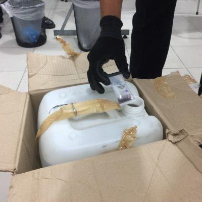 Detectan 20 litros de metanfetamina líquida en negocio de paquetería en el centro de Cancún