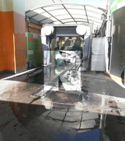 ACCIDENTE EN EL 'GREEN WASH' DE PLAZA LAS AMÉRICAS: Camioneta sufre choque en el túnel de lavado de negocio en Playa del Carmen