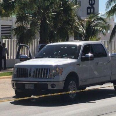 RAFAGUEAN CAMIONETA DE LUJO EN CANCÚN: Un hombre herido por presunto intento de ejecución en la Avenida Huayacán; la unidad avanzó hasta el Hospiten de la Bonampak
