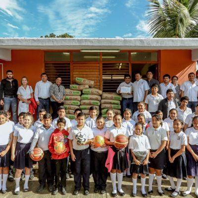 Entrega Ayuntamiento material de construcción para tele secundaria en Tulum