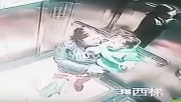 Captan en video a niñera golpeando a un pequeño de brazos hasta 14 veces para que se callara