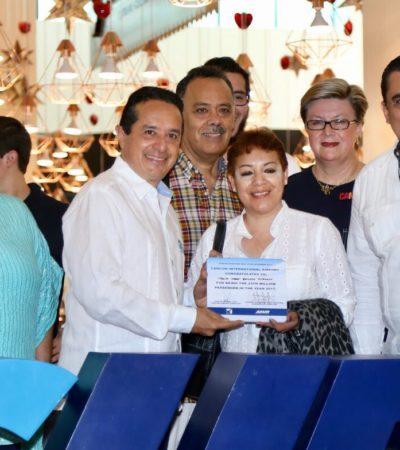 PREMIAN A LA PASAJERA 23 MILLONES: Da Carlos Joaquín regalo navideño a turista de San Luis Potosí en el aeropuerto de Cancún