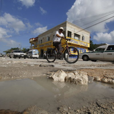 EL CALVARIO DE LOS BACHES EN CANCÚN: La Calle 18 de la Región 227, principal acceso a Villas Otoch y Azul Bonampak, totalmente destruida