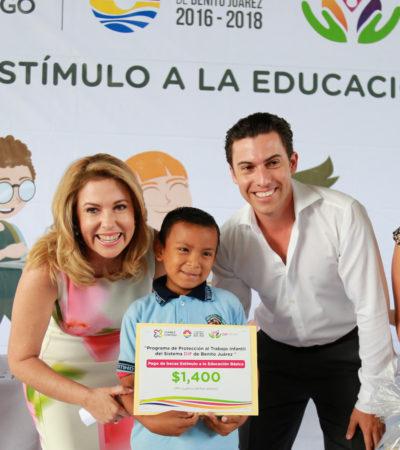 Entrega comuna tercer pago de becas para que niños continúen sus estudios en Cancún