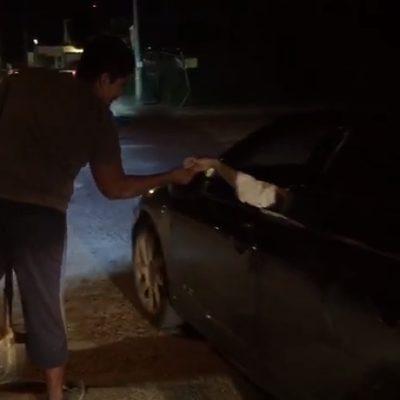 Ciudadano cubre baches por propinas en Cancún | VIDEO