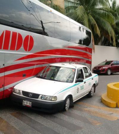 """Taxista """"no ve"""" camión de ADO y lo choca"""