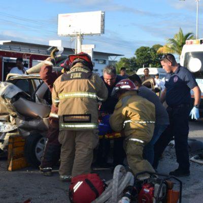 CARAMBOLA Y DRAMÁTICO RESCATE EN EL BULEVAR COLOSIO: Aparatoso accidente deja una mujer herida en Cancún