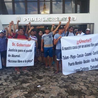 Llega a Chetumal marcha de habitantes y comerciantes de Akumal que reclaman acceso a playa; protestan frente al Congreso