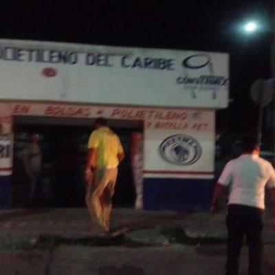 Se incendia local de venta de plástico en la Colosio de Playa del Carmen