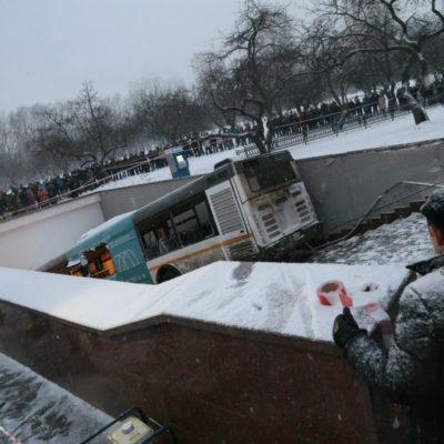 VIDEO | Saldo de 5 muertos y 15 heridos por autobús que se estrelló contra entrada del metro en Moscú