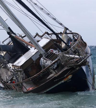 FOTOS | Encalla velero por fuertes vientos en Cozumel