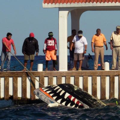 OTRO INCIDENTE EN EL MAR: Rescatan a turistas tras naufragar embarcación de paseo con fondo de cristal en Cozumel