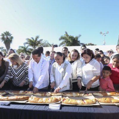 Parten Goberador y Alcaldesa la Rosca de Reyes en Playa del Carmen