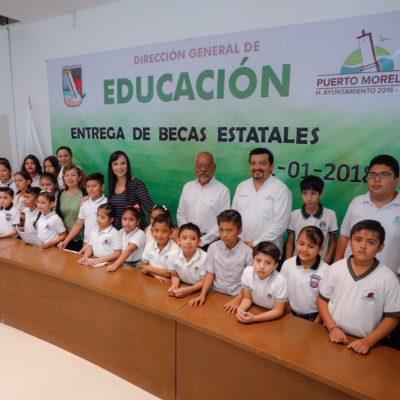 Entregan de becas estatales económicas y de excelencia a 45 alumnos de nivel básico y medio superior de Puerto Morelos